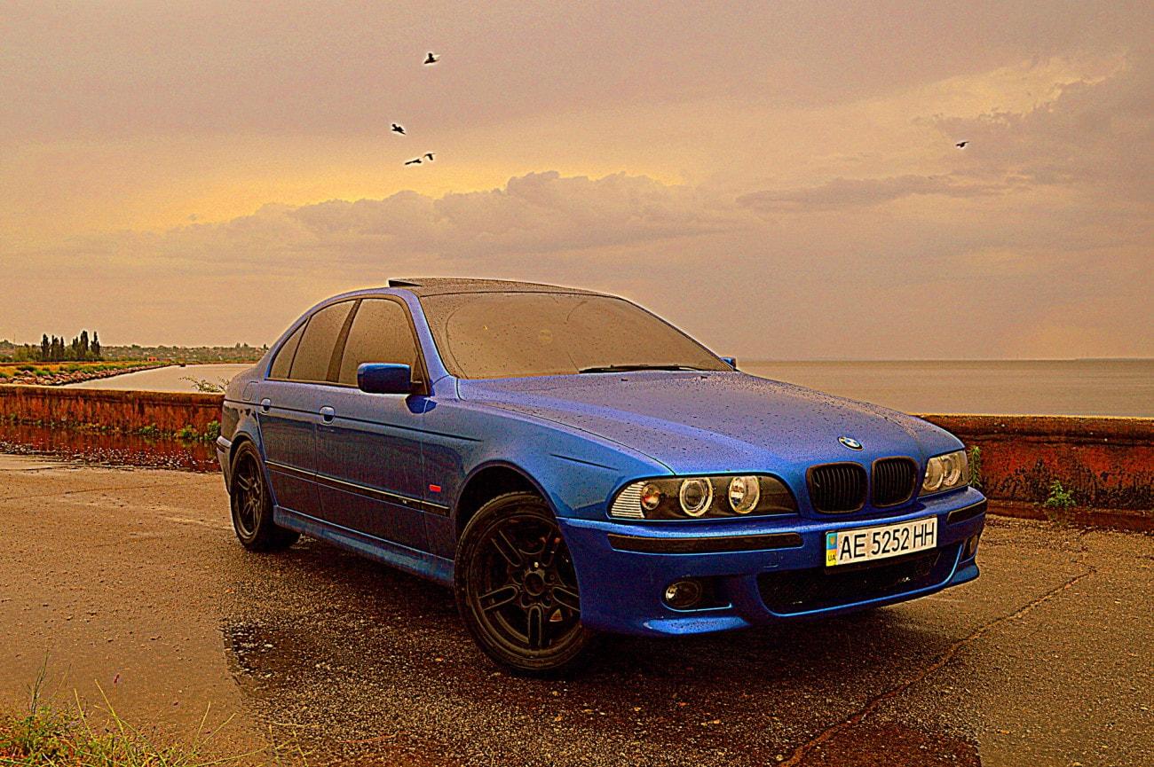 Голубая, синяя Bmw e39 на набережной