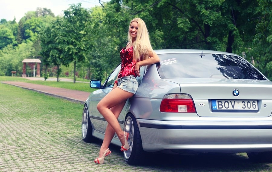 Красивая девушка на каблуках и Бмв e39